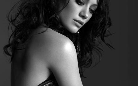 hilary-duff-american-actress-beautiful-woman-backless-sexy-black-and-white-1440x900